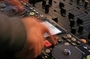 תקליטן מקצועי לחתונה יעזור לכם בבחירת שיר כניסה