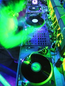 תקליטן מקצועי לחתונה יקפיץ את הקהל עד השעות הקטנות